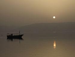 ガリラヤ湖の夜明け